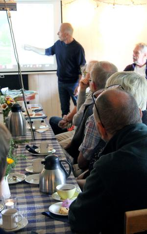 Kaffetåren är viktig ingrediens under Dan Andersson-föredraget av Nils Holmdahl.