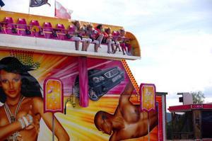 På tivolit kunde man roa sig med karuseller.