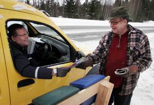 Lantbrevbäraren Håkan Danielsson fick ett glatt välkomnande när han kom till Åke Anderssons postlåda i Vågarna.