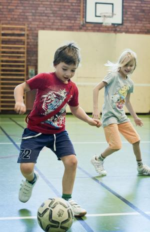 William Ask Ness och Ellen Martinsson tycker att fotbollen är allra bäst.