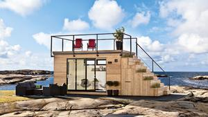 Solterass. Trallbrädor och panel i sibiriskt lärkträ, glaspartier med skjutdörrar samt en trappa som har inbyggda odlingslådor och ett utdragbart kök. Fast allra roligast med Steps är förstås den stora solterrassen på taket.Leverantör: Jabo, www.jabo.sePris: 400 000 kr.