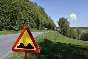 Den tvära kurvan i Västerbursjö har skapat bekymmer för Svevia – och trafikanterna.