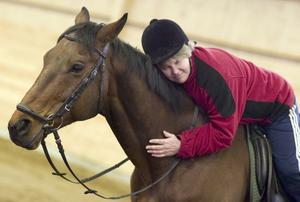 Terapi. I samspelet med hästar måste man vara avslappnad och trygg. Whiskers låter sig inte luras; han känner direkt om Christina Olsson är rädd eller stressad. Just därför är djuren utmärkta bollplank under den terapeutiska ridningen på Väderbacken. Metoden är utvecklad av läkaren Helen Edwards Lutsch och ingår i projektet Rörlighet för ökad hälsa.