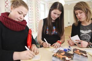 Isabelle Lindqvist, Elin Celind Lundgren och Moa Berger skrev på SPIK:s kontrakt.
