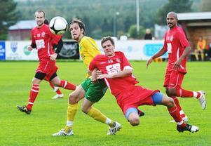 Ljusdals Alexander Eriksson och Daniel Öhlander i Arbrå kämpar om bollen.