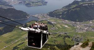 En linbana på berget Stanserhorn i Stans, Schweiz. Varje gondol har plats för trettio personer inuti och trettio på taket.