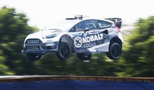 Patrik Sandell i full fart ute på rallycrossbanan.