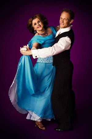 """Elisabet Höglund dansar i """"Let's dance"""" efter årsskiftet. """"Kan man göra bort sig, så ska man ju göra det ordentligt"""", säger den forna SVT-reportern som har Tobias Karlsson som partner. Foto: TV 4"""