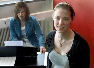 Tina Thorsell är en av åtta ungdomar som vill ha en publik att sjunga för på Solhuset på lördag. Deras lärare, Karin Johansson, i bakgrunden, kompar.