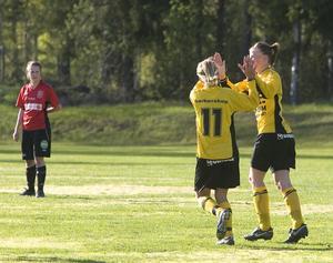 Jubel i Enånger sedan Linnea Åkerlund skickat in 1–0-målet.