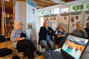 Britt-Marie Malmberg (till vänster i bild) deltog i Sällskapet släktforskarne Fagerstas uppstartsträff och var särskilt intresserad av visningen av kartor över gamla tiders bygder.