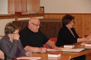 Kyrkofullmäktige sammanträder i församlingshemmet i Bergsjö. Fr.v Anita Alm, Hassela och Erik Eriksson, Bergsjö och kyrkokamrer Mia Svensson.