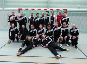 Att spela i svart och vitt är givet Ricoh HK, där de gamla Strandarna Daniel Rudh (tre från höger) Magnus Idén (längst till höger) syns i bakre ledet, trea från vänster i det främre ledet är Tomas Moberg följd av Magnus Olofsson och Axel Bäcklund, samt liggande till vänster Fredrik Lundström. Mannen i rött är Ricoh Sveriges VD Måns Sjöstedt.