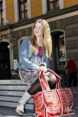 Sommartjej på språng. Clara i färgglad klänning 1599 kronor och jeansjacka med brodyr 1999 kronor från Odd Molly, gråa boots som kan hasas ner 2395 kronor från Sendra, stor skinnväska 2995 kronor från Deeday, finns på Sivi Shop.
