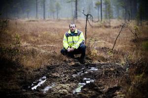 På skoterleden mot Vallavallen i Forsa har fyrhjulingar kört sönder marken. – Tråkigt att de förstör för andra, säger Per-Åke Persson, ordförande för skoterkubben Lokatten.