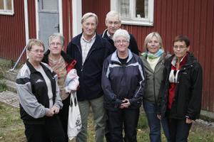 Nybastade och fräscha efter premiären. Medlemmar i Svedbro bastuförening invigde sin bya-bastu i lördags kväll. Foto: Eva Andersson
