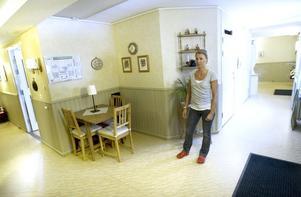 Varvaterrassens enda gemensamma utrymme består av tre stolar och ett litet bord. Lola Sandberg, en av dem som jobbar här, visar.
