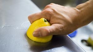 Citron tar bort kalkfläckar och avlagringar, precis som andra sura saker som ättika eller vinäger. Gnid diskbänken med en citronhalva så blir den blank och fin.