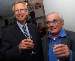 Den förre sjukhuschefen i Mora Fredrik Fexner var med jubileumsfesten och här samtalar han med Jonas Nisell.