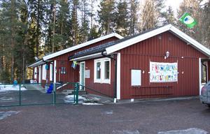 Jaktstigens förskola i Västerby skulle ha stängt i juni. Nu blir den kvar för att klara den ökade tillströmningen av barn i Hedemora.