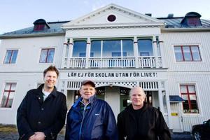 Mats-Håkan Hedin, Kjell Olofsson och Christer Karlsson är i full gång med att planera inför sommarens hundraårskalas där Klösta skola ska firas. Foto: Ulrika Andersson