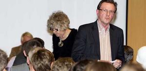 Tuff start. Nye ordföranden Peter Brandt hade nog helst sluppit incidenten där Gunnar Björk gick till hårt angrepp mot bland annat huvudtränaren Kalle Granath. I bakgrunden Eva Svensson, som Björk försvarade.