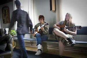 Sunday Nay får hjälp med gitarrkompet av Fredrik Andersson