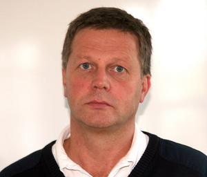 Axel Liljemark, driftschef för SOS Alarm i Gävleborg, tycker inte att ambulansdirigeringen har de brister som landstinget anser.