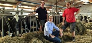 Coop-mejeriet i Grådö, utanför Hedemora, har träffat avtal med ytterligare 13 mjölkgårdar för att säkra mjölkleveranserna. På tisdagen kom bondebröderna Lars (t v) och Per Andersson (t h) överens om leveranser med mejeriets vd Staffan Eklöv. Foto: Coop