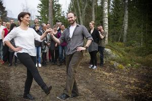 Anna Valsberg visade Pär Krantz och de andra deltagarna hur man dansar hambo.