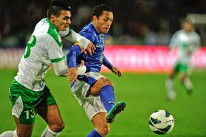 ÖSK:s Ahmed Yasin, här i kamp med Barcelonas Adriano i Iraks träningsmatch mot Brasilien förra veckan.