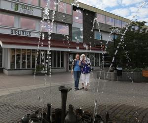 Ulla Zettergren och Inga-Britt Andersson från Uppsala var i Ockelbo på besök på onsdagen och letade efter något ställe att köpa Daniel- och Victoriabakelsen som såldes i samband med bröllopet förra året. De hade inte hört dagens stora nyhet och vill inte tro på det först. – Är det verkligen sant? Vad roligt, då blir jag jätteglad. Vi gillar Daniel och Victoria jättemycket, säger Ulla.