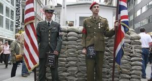 Den gamla gränsövergången Checkpoint Charlie. I dag en av Berlins mest besökta platser. Alla får passera.