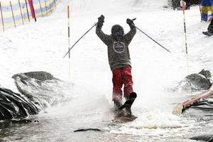Efter en hel dags arbete lyckades personalen i Kungsberget få tillräckligt mycket vatten i gropen så att tävlingen kunde köras i gång.