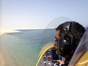 Så här ser det ut från pilotsitsen i en gyrokopter från luften över miljön i Qatar.