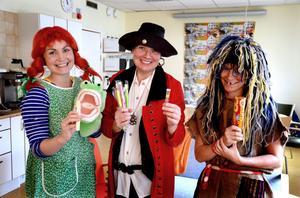 Karin Pihlgren, Carina Martinpelto och Marie Forsberg spelar teater för sexåringarna för att göra tandläkarbesöket till en rolig upplevelse.