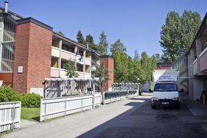 Stenbackens boende- och arbetskooperativ för värdefullt för att rivas, tycker kommunalrådet Sven-Erik Lindestam (S) och kommunstyrelsen.