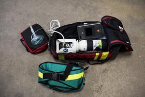 Utrustning för brandman. Sjukvårdsväska med syrgas och hjärtstartare.