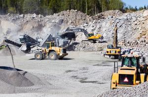 Materialet till asfalten tas bland annat direkt från berget i Renskalla.