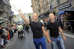 Jonas Gardell och maken Mark Levengood, under prideparaden i Stockholm 2009.