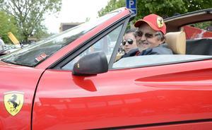 Det ska köras med stil. En Ferrari heter duga. Harry Skog och Emmelie Ridnert redo för bilkortege i Hällefors.
