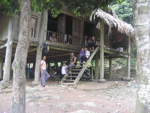 I byn bodde man i kojliknande hus på pålar.