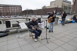 Roger Gustafsson och Tommy Nilsson musicerade på Melkertorget.