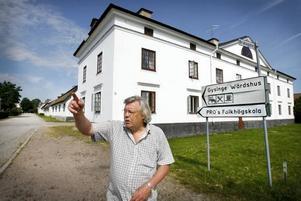 Ulf Berghäll tillbringar ungefär tre dagar i veckan i Gysinge sedan han köpte bruket. Han pendlar från Stockholm.