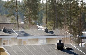 Se hur solen värmer taken så att fukten ångas upp och försvinner...  Mvh.Mats Johansson, Östersund