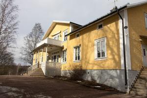 Herrgården byggdes redan 1856 som bostad åt dåvarande bruksförvaltaren på Långshytte bruk. Numera är herrgården sedan länge brukshotell.