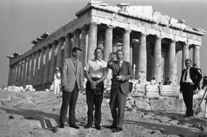Kopplingarna till Olympen finns överallt.  Här har de tre astronauterna från den dramatiska Apollo 13-resan rest till Grekland, Apollons land - för det var han som gav namn åt deras rymdprogram.