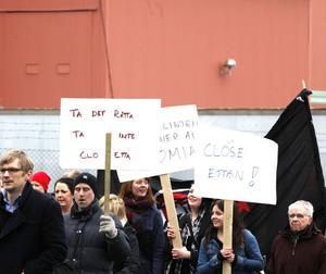 """FABRIKSKAMPEN. """"Vad vill vi ha? Läkerolfabriken kvar!"""", ropade omkring 150 demonstranter när de tågade förbi fabriken som kampen gäller."""