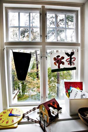 De gamla fönstren med djupa fönsterbänkar fick vara kvar när skolan rustades 1992.