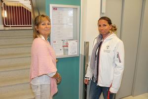 Informerar. Charlotte Grinder och Denise Huurre Keyser sätter upp information om Huskurage i en port på Lommarvägen.